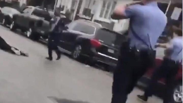 """""""Καζάνι που βράζει"""" και πάλι η Αμερική: Αστυνομικοί σκότωσαν Αφροαμερικανό στη μέση του δρόμου – Σκληρές εικόνες – ΒΙΝΤΕΟ"""