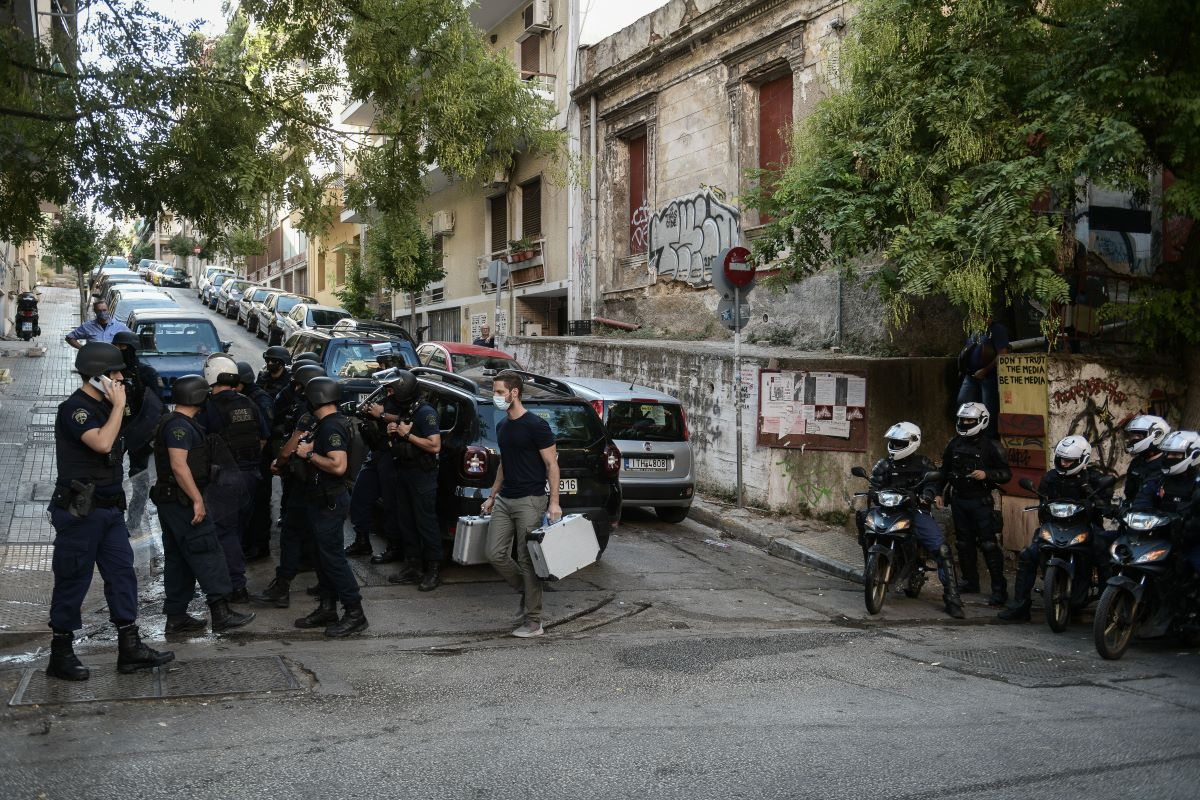 Εξάρχεια: Η αστυνομία εκκενώνει κτίριο που τελεί υπό κατάληψη