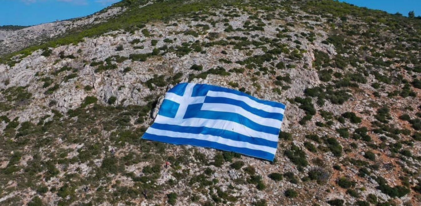 Συγκίνηση: Ελληνική σημαία 800 τετραγωνικών στολίζει τον Υμηττό