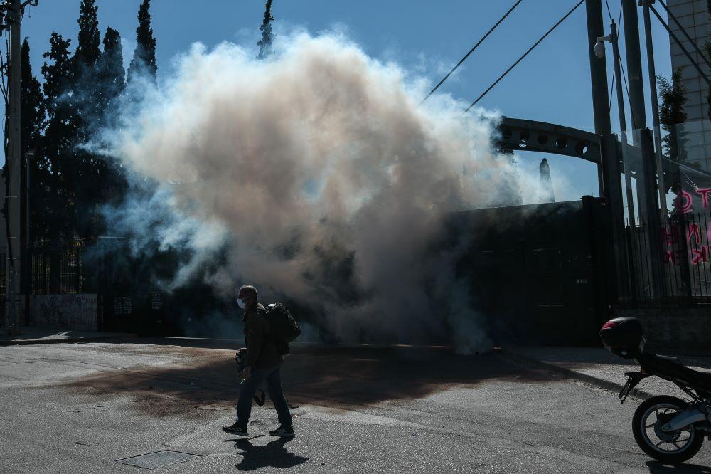 Ένταση με πέτρες και δακρυγόνα στο πανεκπαιδευτικό συλλαλητήριο – ΦΩΤΟ