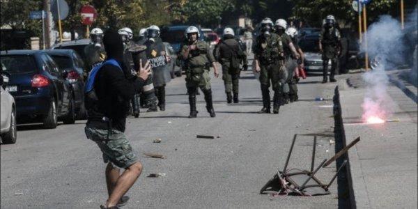 Με φωτογραφίες απαντά η Αστυνομία για τα επεισόδια στο «Mall» κατά τη διάρκεια του μαθητικού συλλαλητηρίου