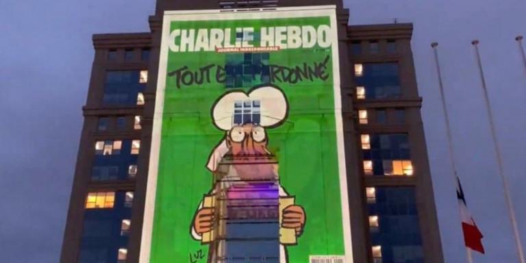 Αντεπίθεση Μακρόν : Φωτίζει κυβερνητικά κτίρια με σκίτσα του Charlie Hebdo (Βίντεο)