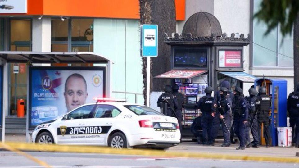 Γεωργία: Ένοπλος κρατούσε 20 ομήρους σε τράπεζα – Συνελήφθη από την αστυνομία – ΒΙΝΤΕΟ
