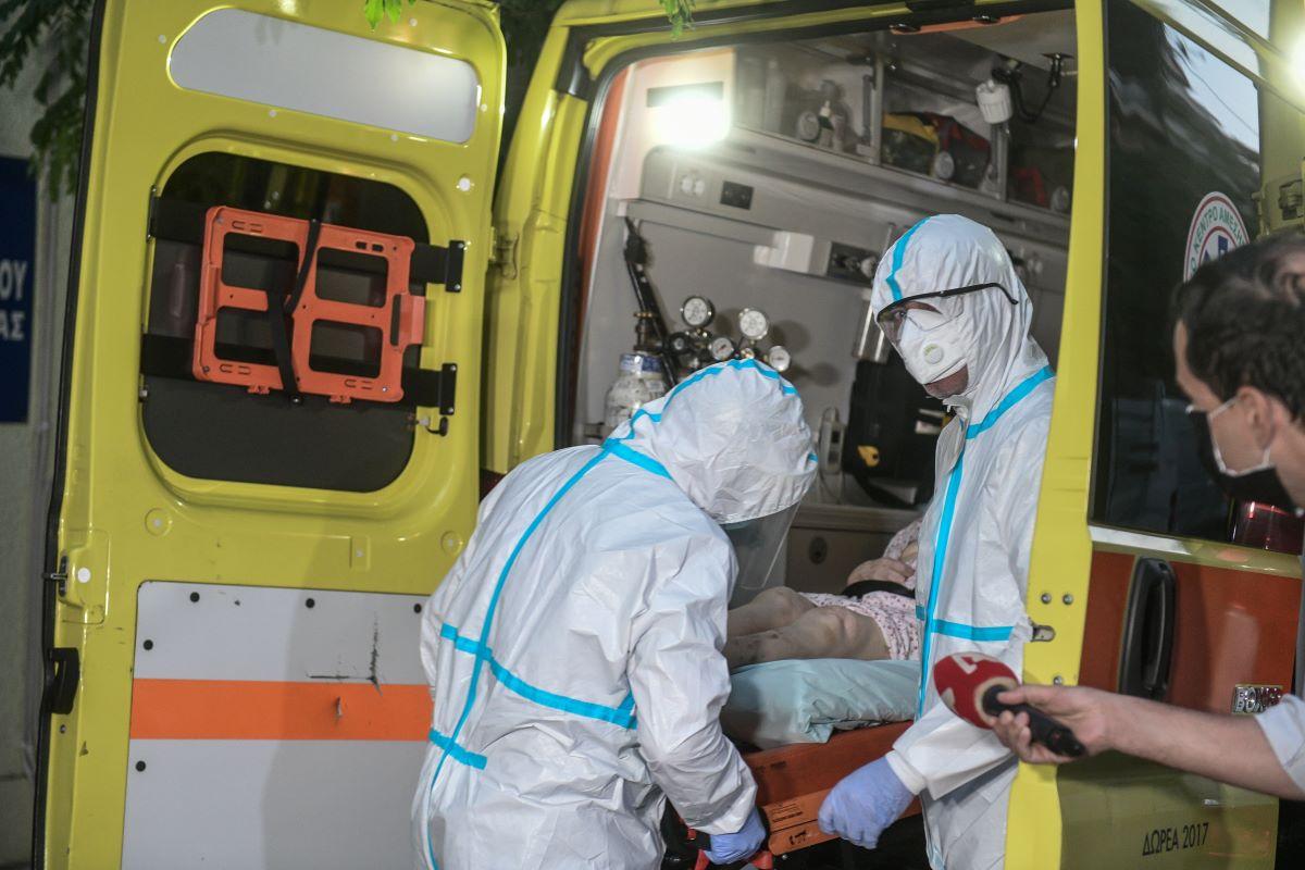 Κορονοϊός: Μεταφέρουν τους ηλικιωμένους από το γηροκομείο στον Άγιο Παντελεήμoνα σε νοσοκομεία – ΒΙΝΤΕΟ – ΦΩΤΟ