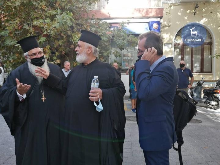"""Ρόδος: Έπαψε η δίωξη του ιερέα που έβρισε χυδαία τους πολιτικούς και ήθελε """"να τους βγάλει το λαρύγγι"""" – ΦΩΤΟ"""