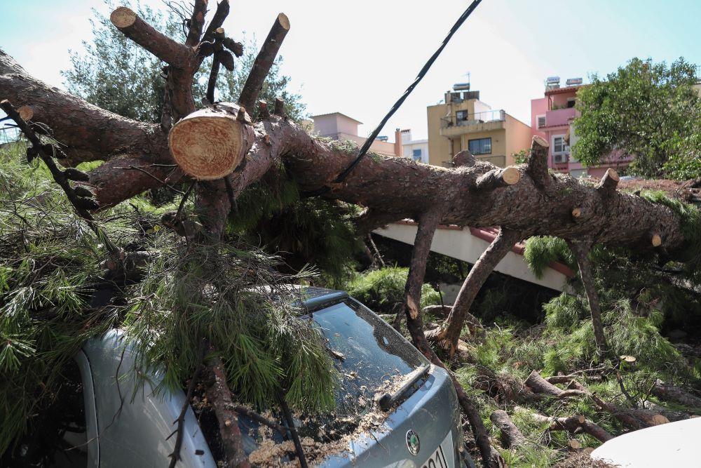 Τρεις τραυματίες στο Νέο Ηράκλειο από την καταιγίδα – Στην εντατική μια γυναίκα – Τι ζητεί ο δήμαρχος – Συγκλονιστικές ΦΩΤΟ