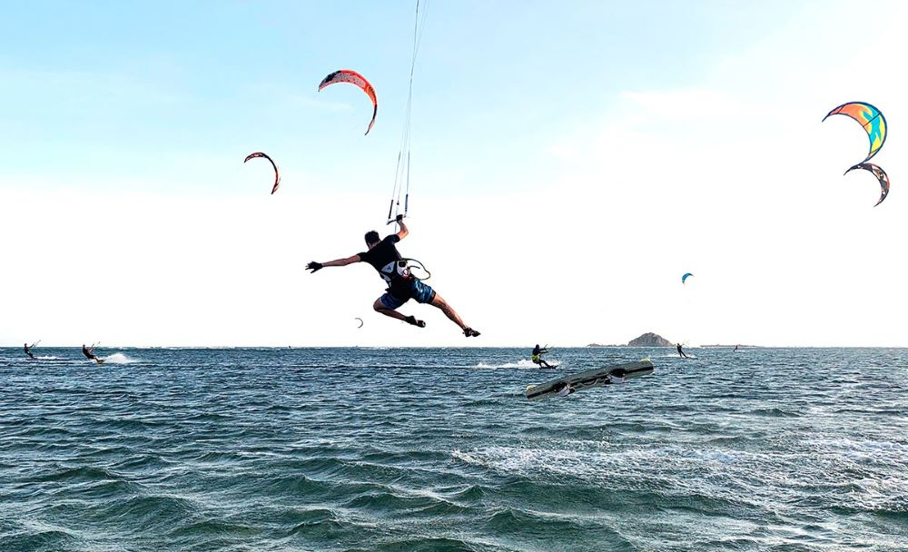 Τραγωδία στη Ρόδο: Νεκροί 2 kitesurfers – Παρασύρθηκαν στα βράχια από τους δυνατούς ανέμους