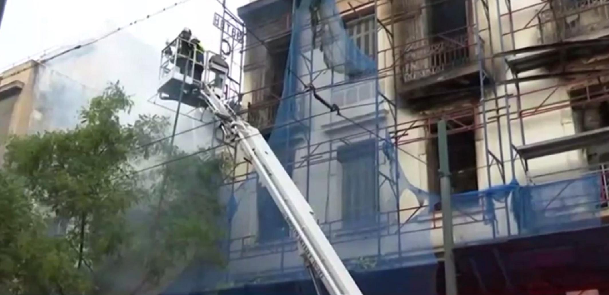 Φωτιά σε νεοκλασικό κτίριο στον Κολωνό – Λαμπάδιασε και το διπλανό κτίριο