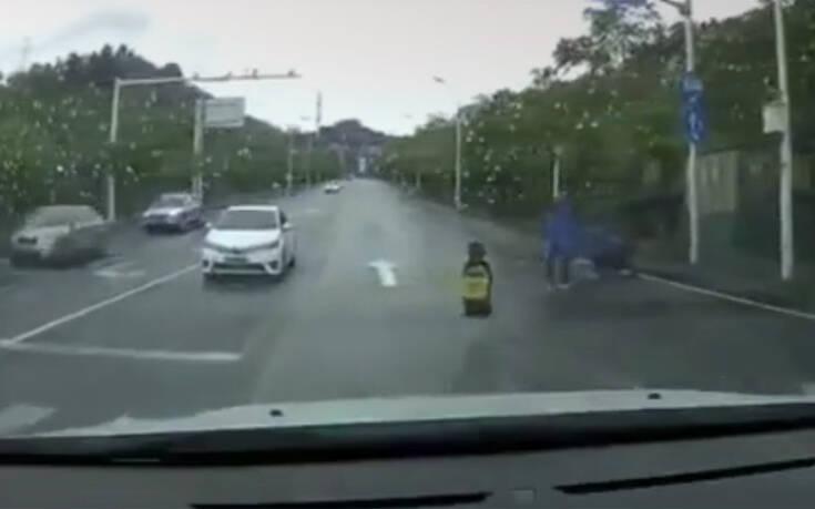 Κοριτσάκι έπεσε από το μηχανάκι και ο πατέρας το κλοτσούσε με μανία (Βίντεο)