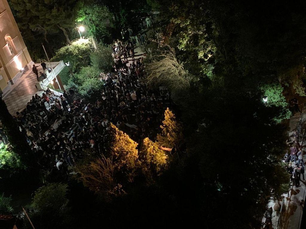 """Η Αττική """"φλέγεται"""" και τα πάρτι… κορονοϊού συνεχίζονται στις πλατείες – ΒΙΝΤΕΟ"""