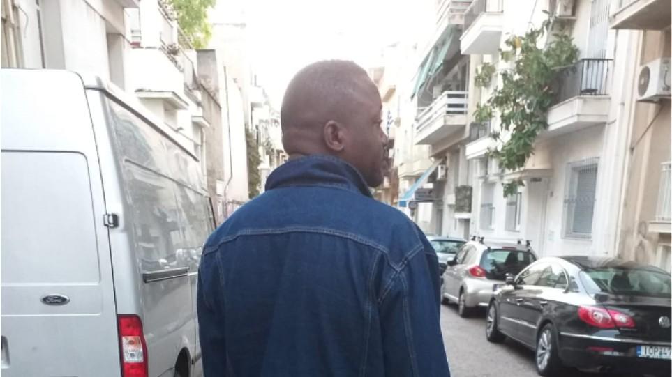 Εμμανουέλ Λουκάου : O αγώνας του πρόσφυγα που ζει με σφαίρα στο κεφάλι – Μετά 8 χρονια το δικαστήριο του έδωσε ελπίδες για επανένωση με την οικογένειά του