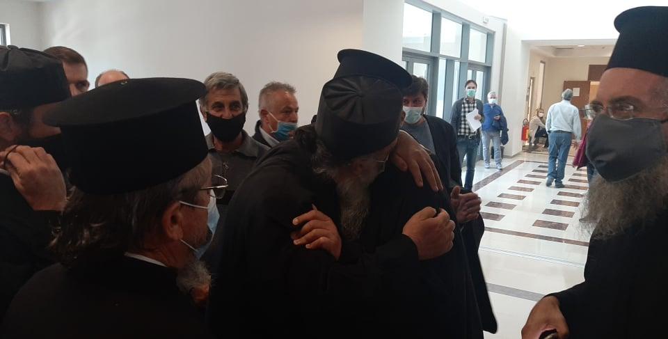Κέρκυρα: Αθώος ο Μητροπολίτης Νεκτάριος και για τις δύο κατηγορίες  – Πανηγυρισμοί έξω από το δικαστήριο – ΒΙΝΤΕΟ