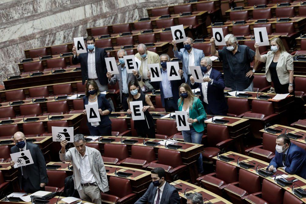 """Ομόθυμη καταδίκη του φασισμού στη Βουλή – Βουλευτές του ΣΥΡΙΖΑ σχημάτισαν το σύνθημα """"Δεν είναι αθώοι"""" – ΒΙΝΤΕΟ – ΦΩΤΟ"""