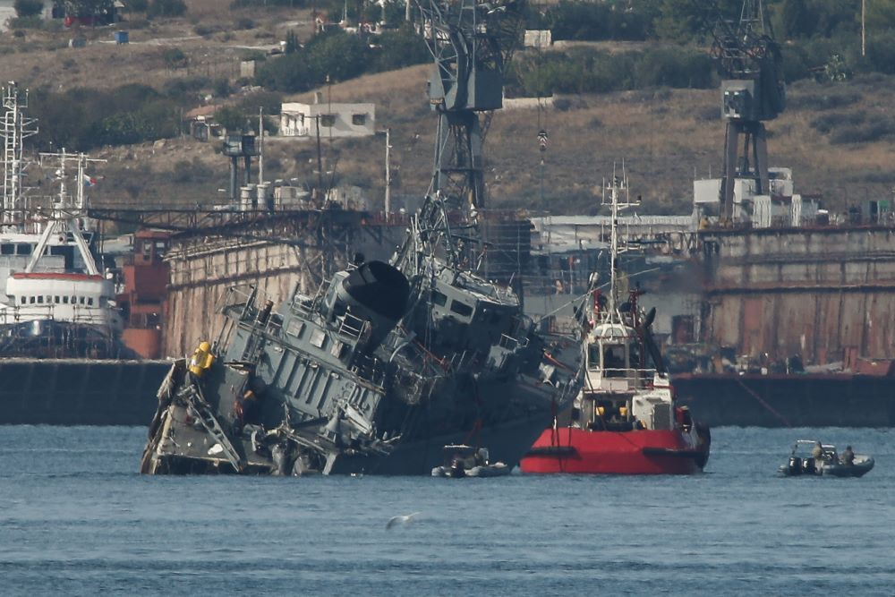 Σύγκρουση πλοίων στον Πειραιά: Ρυμουλκήθηκε το πολεμικό, προσήχθη ο καπετάνιος του εμπορικού – BINTEO