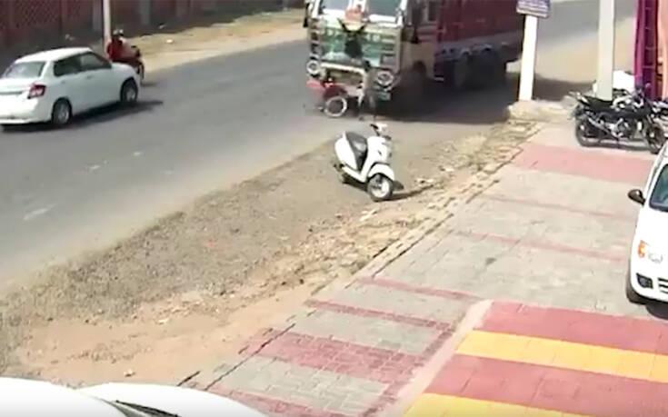 """Αν έχεις τύχη διάβαινε…πέρασε από πάνω του φορτηγό και """"βγήκε"""" άθικτος (Βίντεο)"""
