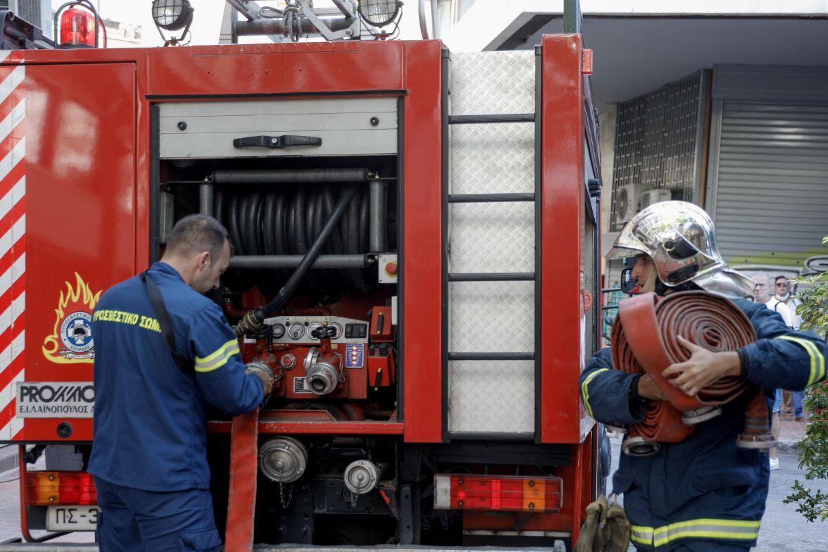 Φωτιά στη Γλυφάδα – Πνίγεται από τους καπνούς η περιοχή