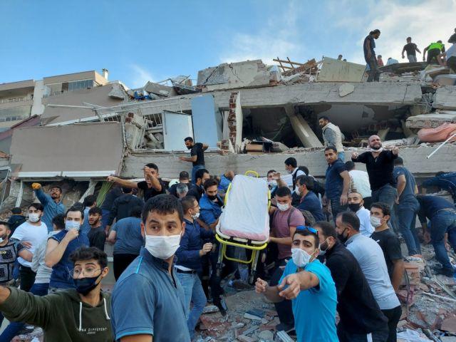 Σμύρνη : Μάχη κάτω από τα συντρίμμια – Πάνω από 12 νεκροί και εκατοντάδες τραυματίες (ΒΙΝΤΕΟ, ΦΩΤΟ)