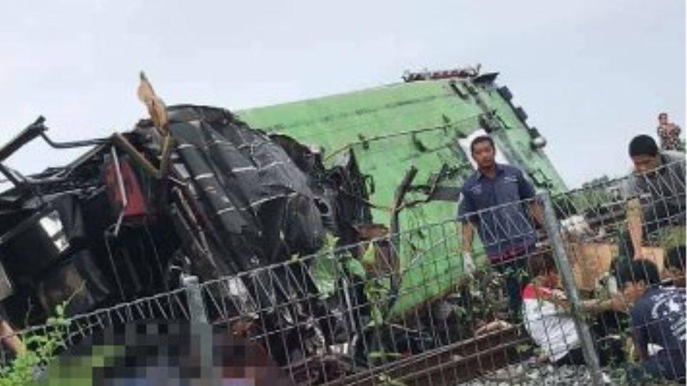 Ταϊλάνδη: Λεωφορείο συγκρούστηκε με τρένο – Τουλάχιστον 17 νεκροί (Βίντεο)