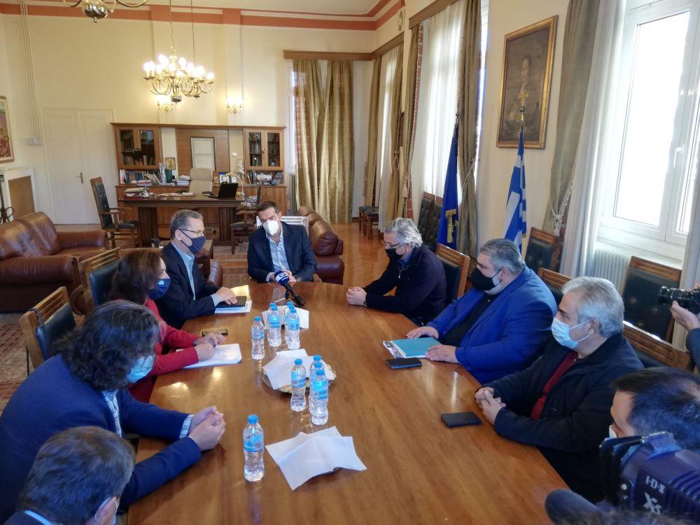 Στην Κοζάνη ο Τσίπρας: Έβγαλε το αντισηπτικό του στη συνάντηση με τους Δημάρχους – Ζήτησε έκτακτα οικονομικά μέτρα – ΒΙΝΤΕΟ