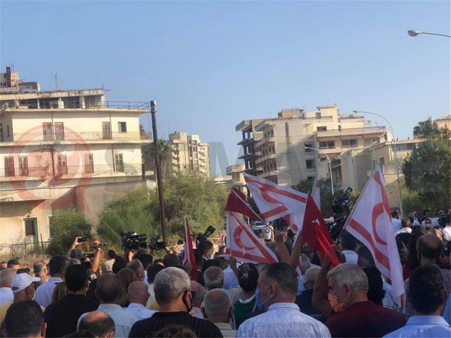 Αμμόχωστος: Στα Βαρώσια ο Τατάρ με σημαίες της Τουρκίας και του ψευδοκράτους (φωτογραφίες)