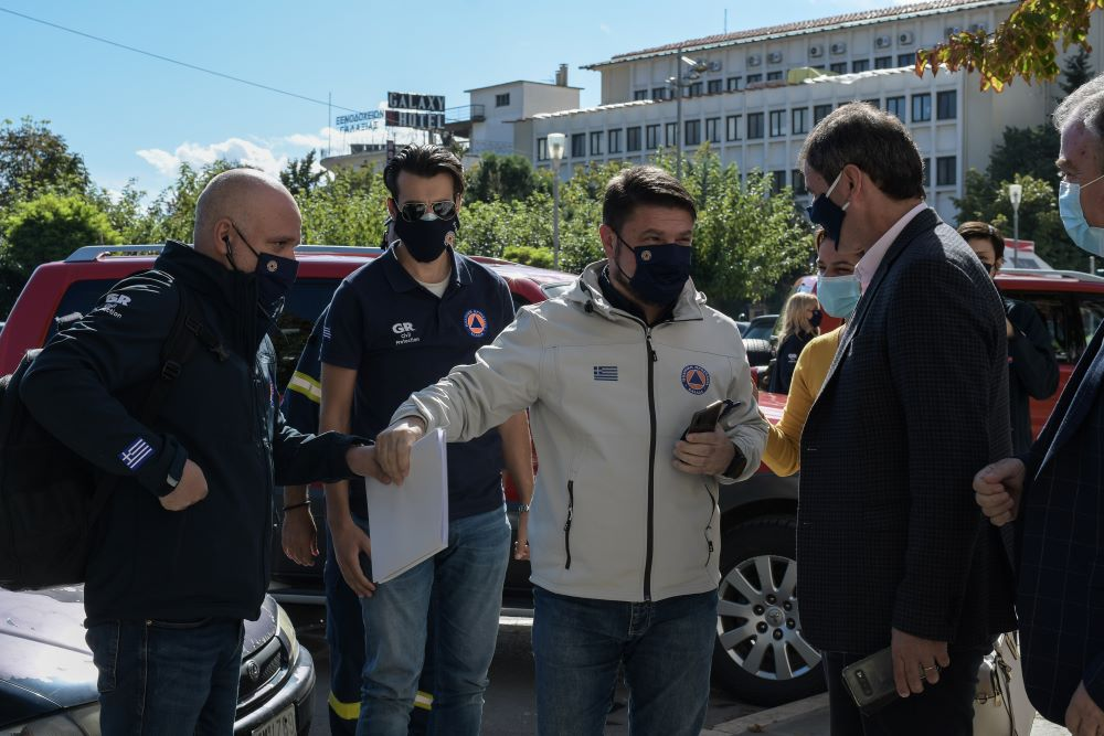 """Έξαλλος ο Χαρδαλιάς στην Κοζάνη – """"Τσίμπησε"""" παραγωγό στη λαϊκή με μάσκα στο… πηγούνι και του έκανε αυστηρή παρατήρηση"""