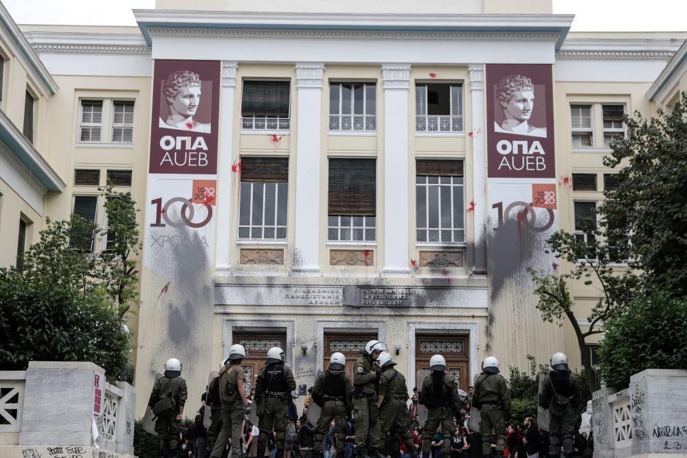 ΟΠΑ: Φοιτητής καταγγέλλει ότι δέχθηκε επίθεση επειδή είναι υπέρ της φύλαξης των Πανεπιστήμιων – ΒΙΝΤΕΟ