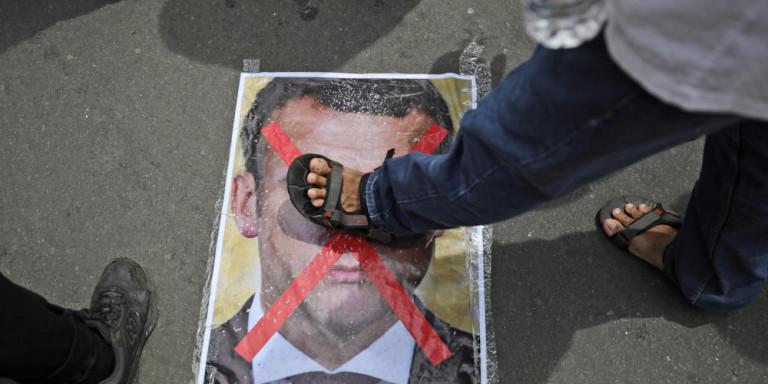 Η Αλ Κάιντα απειλεί τον Μακρόν με εκδίκηση -Αποκαλεί «μάρτυρα» τον δολοφόνο του Γάλλου καθηγητή