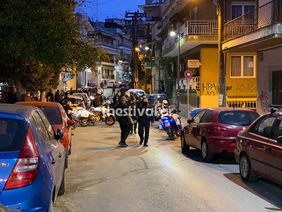 Θεσσαλονίκη: Νεαροί χτύπησαν αστυνομικούς που πήγαν να τους ελέγξουν – Ένας αστυνομικός τραυματίας (ΒΙΝΤΕΟ)