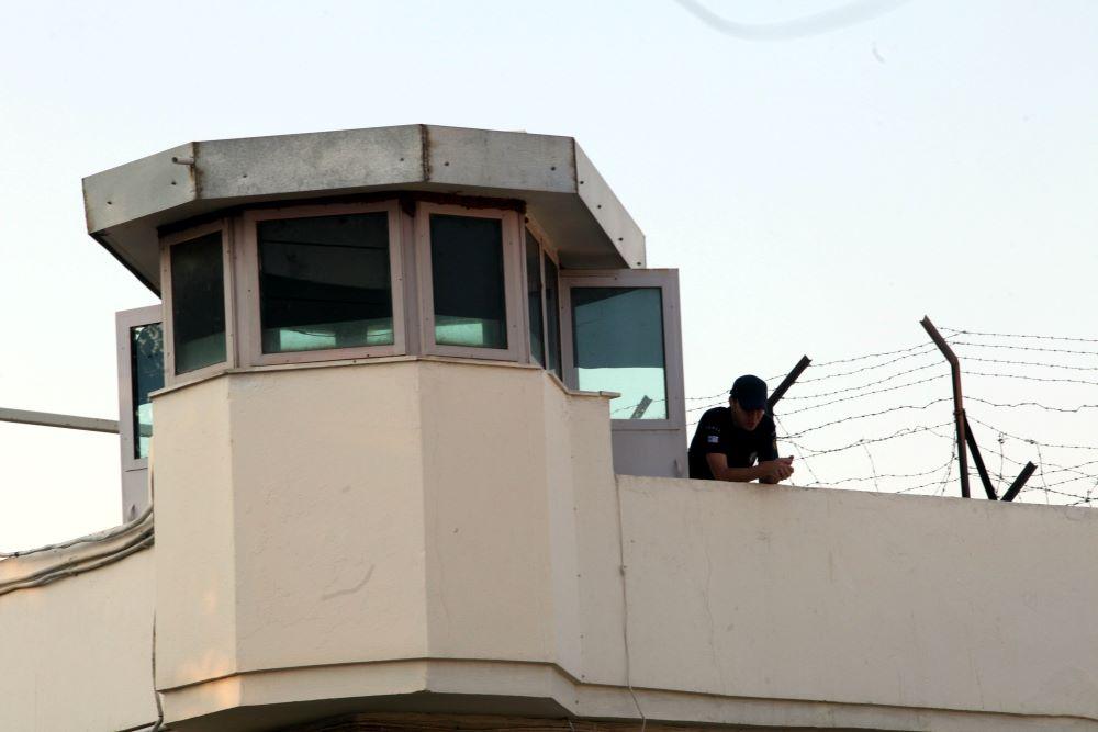 Εξωτερικοί φρουροί: Πρώτα αποσυμφόρηση φυλακών και μετά μεταγωγή κρατουμένων με κορονοϊό