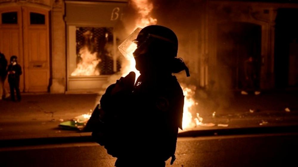"""""""Φλέγεται"""" ξανά η Γαλλία: Έντονες αντιδράσεις από τη βίαιη σύλληψη ενός μαύρου από αστυνομικούς – ΒΙΝΤΕΟ"""