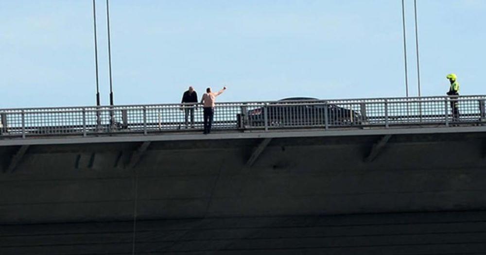 Σοκ στο Αίγιο: Αυτοκτόνησε ο άνδρας που απειλούσε να πέσει από τη γέφυρα της Ολυμπίας Οδού – Κλειστή η εθνική και στα δύο ρεύματα