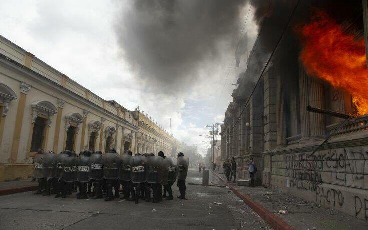 Γουατεμάλα: Διαδηλωτές πυρπόλησαν τη Βουλή σε κινητοποιήσεις κατά των περικοπών του νέου προϋπολογισμού (ΦΩΤΟ)