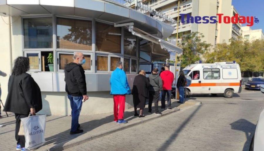 """Θεσσαλονίκη: Ουρά δεκάδων μέτρων για ένα δωρεάν rapid test στο """"Ιπποκράτειο"""" – Φτάνει μέχρι την πύλη του νοσοκομείου! – ΒΙΝΤΕΟ – ΦΩΤΟ"""