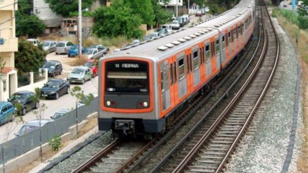 Άνω Πατήσια: Ζωντανός ανασύρθηκε ο άντρας που αποπειράθηκε να αυτοκτονήσει στις γραμμές του τρένου – Κανονικά η λειτουργία των συρμών της γραμμής 1