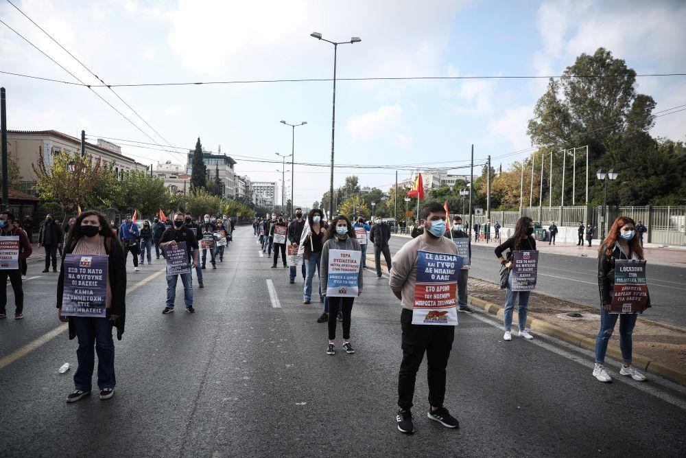 """Πολυτεχνείο: Το ΚΚΕ """"έσπασε"""" τα αστυνομικά μέτρα – Έκανε συγκέντρωση στην Αμερικανική πρεσβεία – Τι δήλωσε ο Κουτσούμπας – BINTEO – ΦΩΤΟ"""