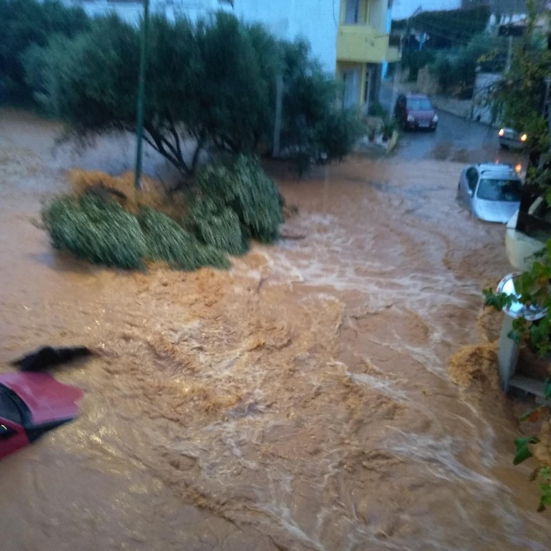 """Στο έλεος της κακοκαιρίας ξανά η Κρήτη: Πλημμυρισμένα σπίτια, αυτοκίνητα """"καράβια"""" και άνθρωποι στις ταράτσες για να γλιτώσουν – ΒΙΝΤΕΟ – ΦΩΤΟ"""