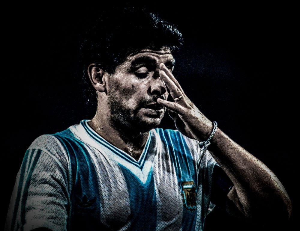 """Δακρύζει και η """"στρογγυλή θεά"""": Αποχαιρετισμός στον θρύλο των γηπέδων Ντιέγκο Μαραντόνα μέσα από 10 ΚΛΙΚ"""