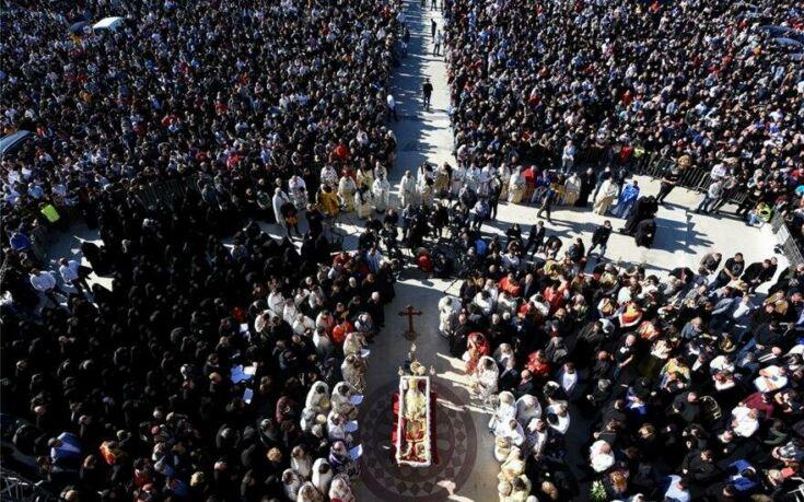 Χαμός στο Βελιγράδι στο λαϊκό προσκύνημα για τον Πατριάρχη Ειρηναίο πού πέθανε από κορονοϊό – Ελάχιστοι με μάσκες
