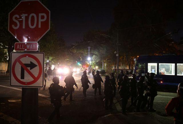 ΗΠΑ-Eκλογές: Στο Πόρτλαντ διαδηλωτές με όπλα έκαψαν αμερικανικές σημαίες(ΒΙΝΤΕΟ)