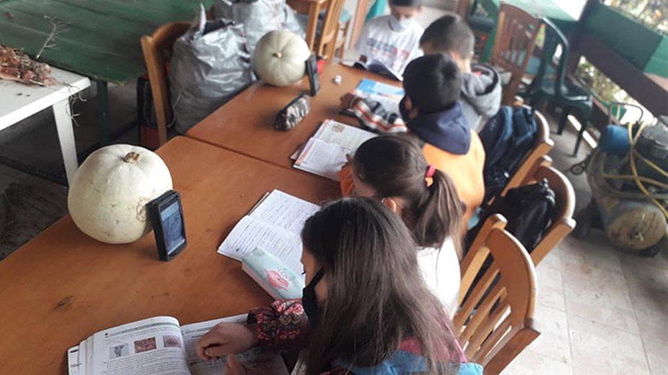 ΝΔ: Στημένη από τον κοινοτάρχη και ιδιοκτήτη του καφενείου η φωτογραφία με τους μαθητές