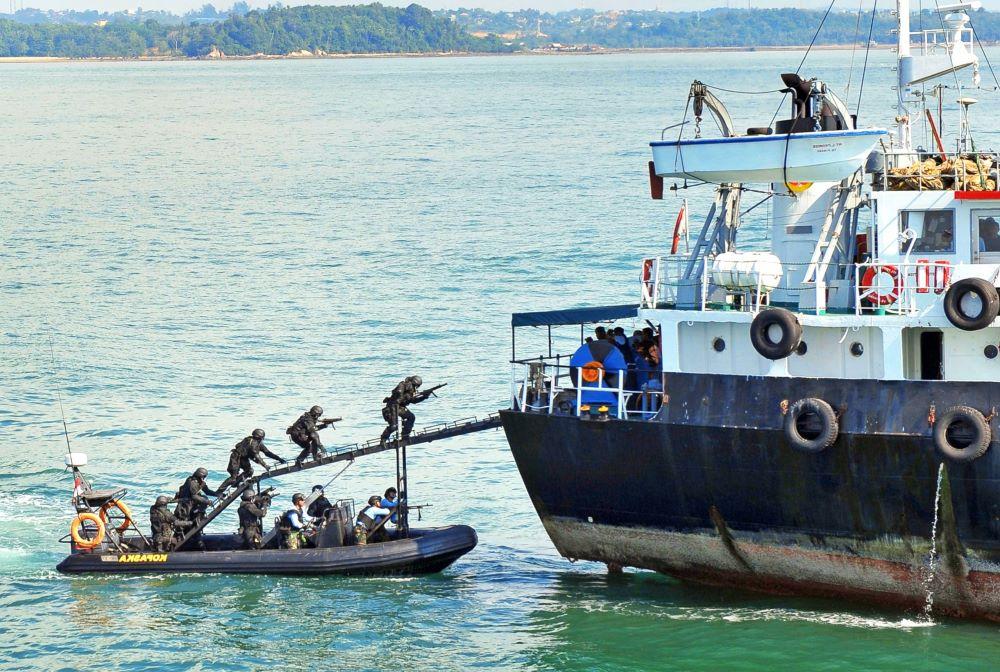 Θρίλερ με 5 Έλληνες ναυτικούς μετά από έφοδο πειρατών στο πλοίο τους στη Νιγηρία – Όμηροι ο πλοίαρχος και 2 ναύτες – Διαπραγματεύσεις για τα λύτρα – BINTEO