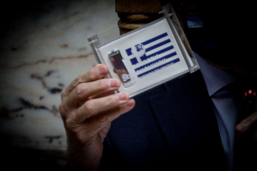 Σε ψηφιακή μορφή και μέσα σε ένα κουτάκι που έφερε την ελληνική σημαία κατατέθηκε στη Βουλή ο προϋπολογισμός του 2021 – Τι προβλέπει – ΒΙΝΤΕΟ – ΦΩΤΟ