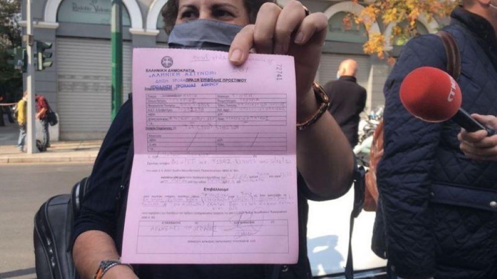Απόφαση της ΕΛΑΣ: Δεν θα πληρώσει το πρόστιμο των 300 ευρώ η γυναίκα που πήγε να αφήσει ένα λουλούδι στο Πολυτεχνείο – ΒΙΝΤΕΟ