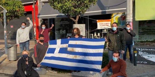 Πολυτεχνείο: Μέλη της ΠΑΣΠ άνοιξαν την αιματοβαμμένη σημαία στο μνημείο του Φύσσα -Μαζί τους η Μάγδα Φύσσα (ΦΩΤΟ)