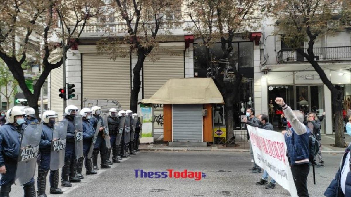 Μπλόκο της Αστυνομίας σε πορεία μελών της εξωκοινοβουλευτικής Αριστεράς στη Θεσσαλονίκη – Σε εξέλιξη η κινητοποίηση (ΒΙΝΤΕΟ)