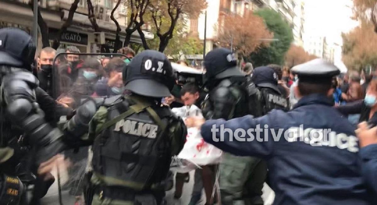 """Θεσσαλονίκη: Επεισόδια και """"βροχή"""" προσαγωγών στη συγκέντρωση μελών της εξωκοινοβουλευτικής Αριστεράς (ΒΙΝΤΕΟ)"""