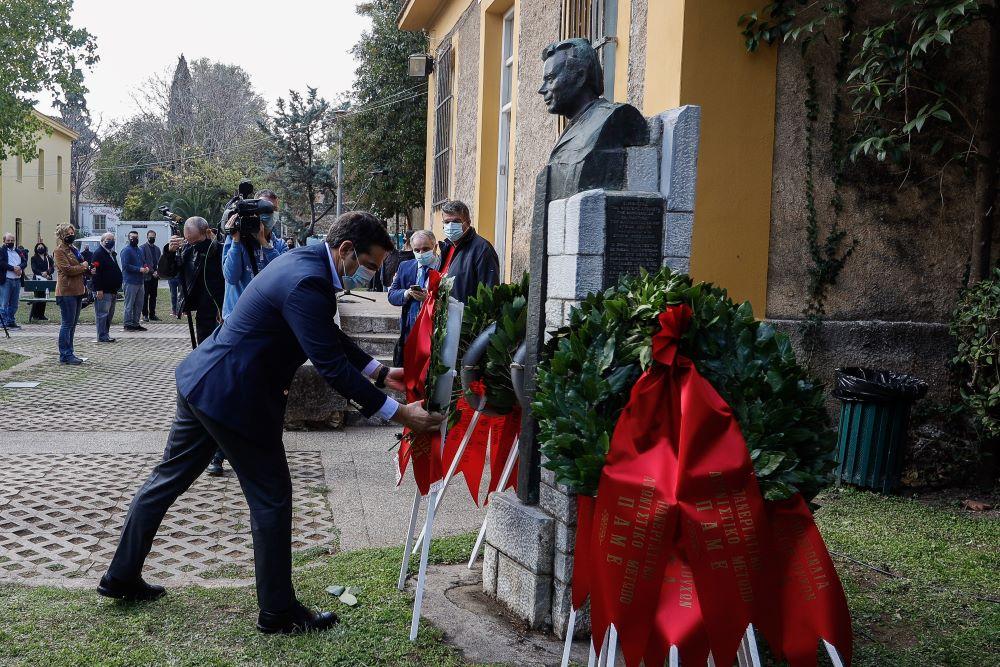 """O Τσίπρας κατέθεσε στεφάνι στον ιστορικό χώρο των βασανιστηρίων του ΕΑΤ-ΕΣΑ – """"Η Δημοκρατία και η ιστορική μνήμη δεν μπαίνουν σε καραντίνα"""" – ΒΙΝΤΕΟ – ΦΩΤΟ"""
