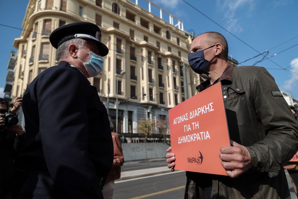 """""""Ανταρσία"""" κατά των αστυνομικών μέτρων και από τον Βαρουφάκη: Έκανε πορεία μαζί με ακόμα 6 άτομα από το Πολυτεχνείο στην αμερικανική πρεσβεία – ΦΩΤΟ"""