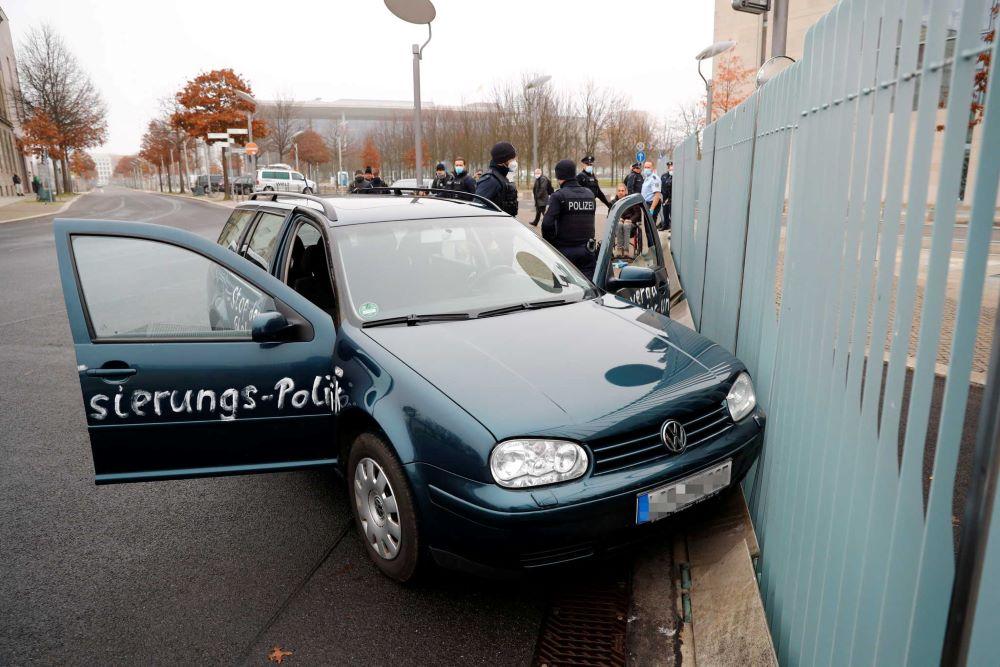 """""""Κόκκινος συναγερμός"""" στο Βερολίνο: Αυτοκίνητο έπεσε στην πύλη της Καγκελαρίας – Διαμαρτυρία για τον κορονοϊό το περιστατικό- ΒΙΝΤΕΟ – ΦΩΤΟ"""