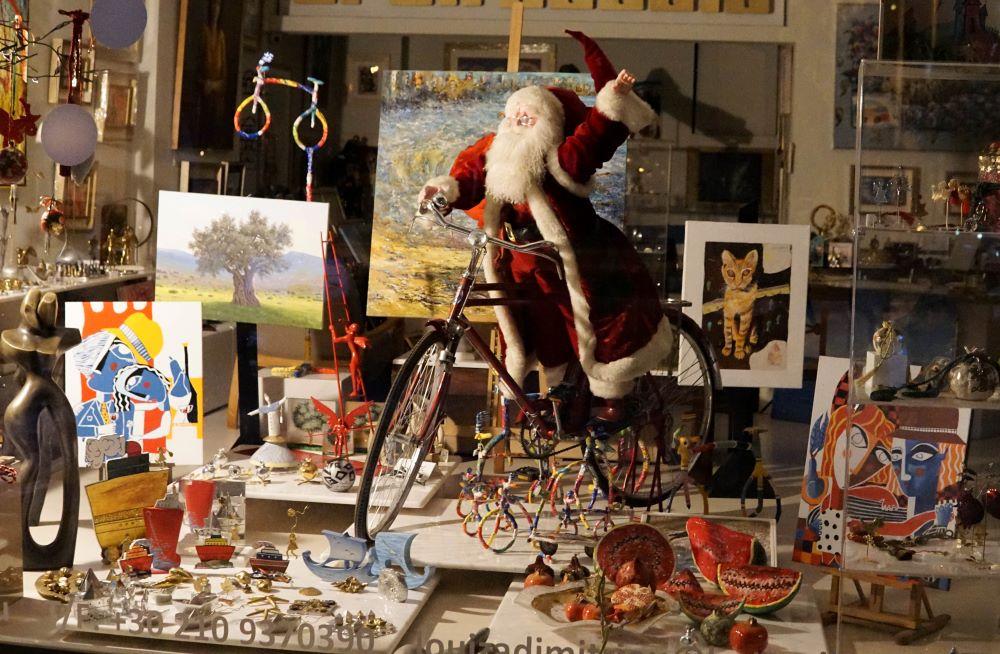 "O Άγιος Βασίλης και τα υπόλοιπα στολίδια στέκουν ""παραπονεμένα"" σε μια βιτρίνα περιμένοντας τη λήξη του lockdown"